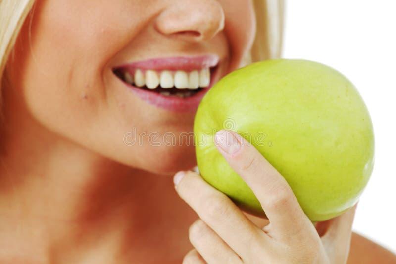 A mulher come a maçã fotografia de stock
