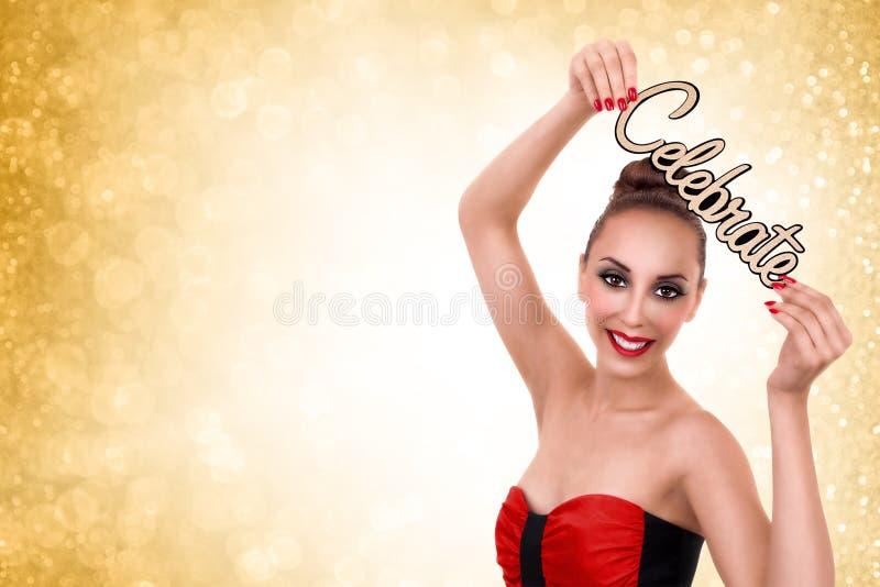 A mulher comemora anos novos ou festa de Natal fotos de stock