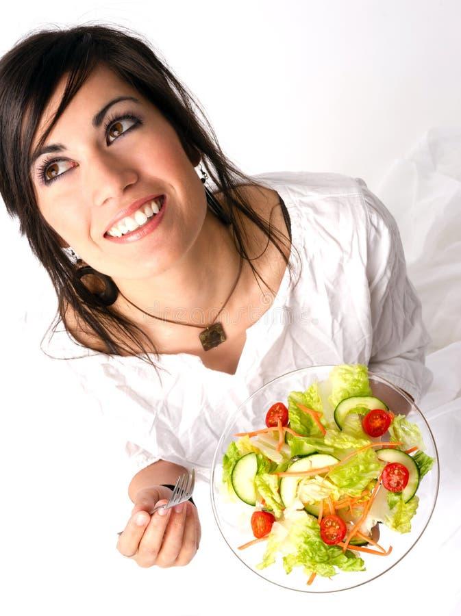A mulher comendo saudável aprecia a salada verde fresca do alimento cru fotos de stock