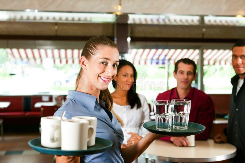Mulher como a empregada de mesa em uma barra ou em um restaurante fotos de stock royalty free
