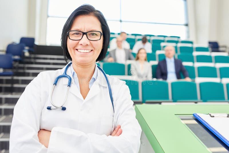 Mulher como o conferente e o doutor do medicne imagem de stock