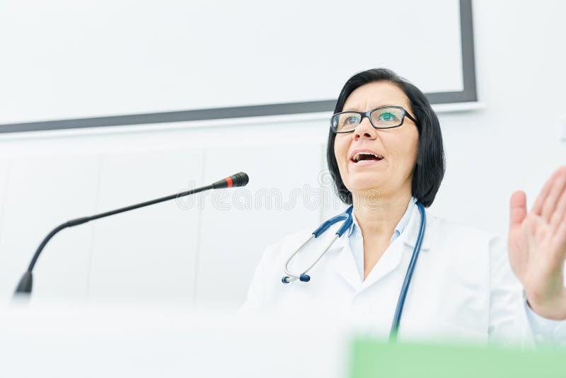 Mulher como o conferente na apresentação da medicina imagem de stock royalty free
