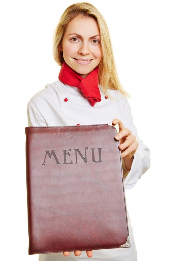 Mulher como o menu de oferecimento do cozinheiro foto de stock royalty free