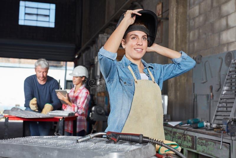 Mulher como o trabalhador do aprendiz foto de stock