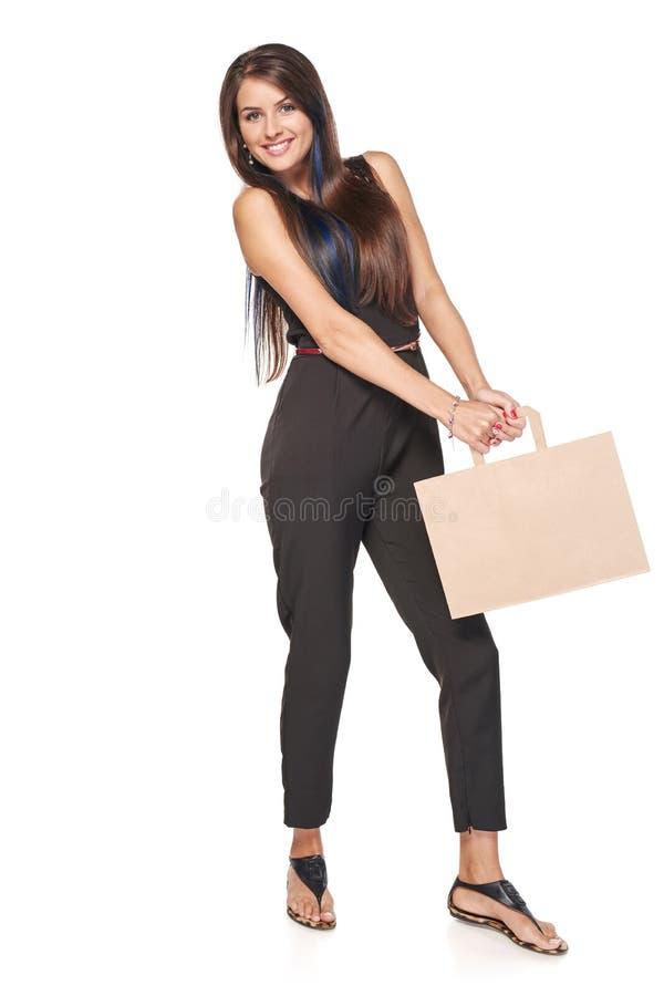 Mulher completa do comprimento que guarda o saco de compras marrom da caixa foto de stock royalty free