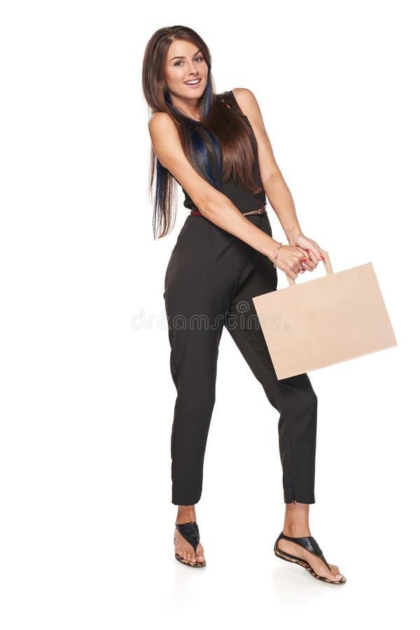 Mulher completa do comprimento que guarda o saco de compras marrom da caixa foto de stock