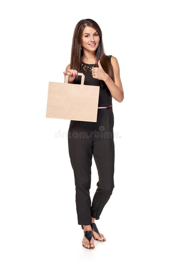 Mulher completa do comprimento que guarda o saco de compras marrom da caixa fotografia de stock royalty free