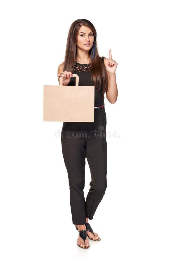 Mulher completa do comprimento que guarda o saco de compras marrom da caixa imagens de stock