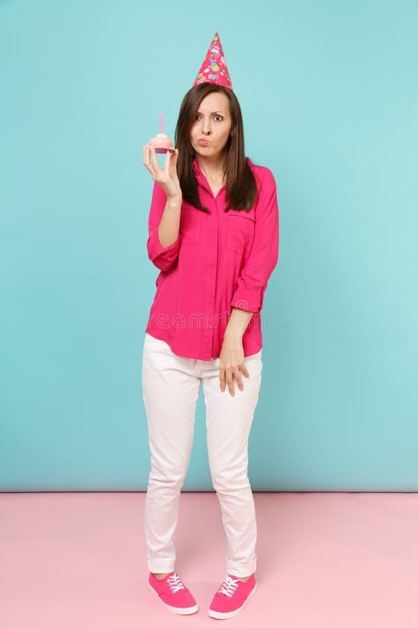Mulher completa do retrato do comprimento na blusa cor-de-rosa da camisa, calças brancas, chapéu do aniversário com levantamento  imagem de stock royalty free