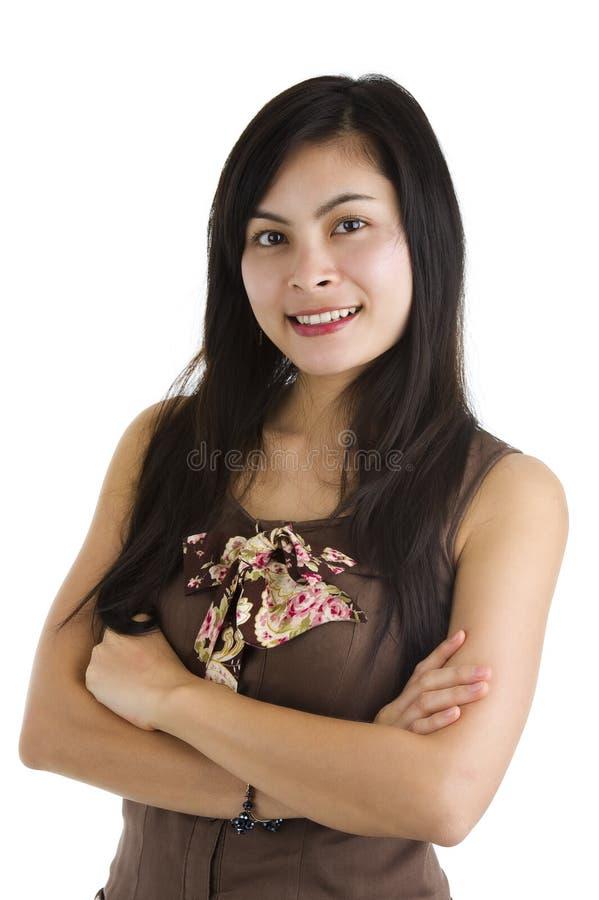 Mulher confiável com os braços cruzados imagem de stock