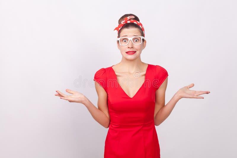 A mulher confusa don o ` t sabe, olhando a câmera imagens de stock royalty free