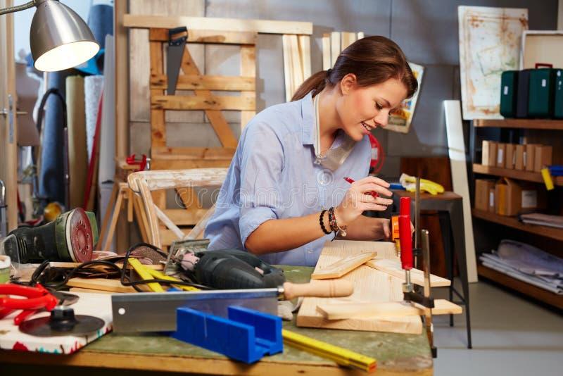 Mulher consertando imagem de stock