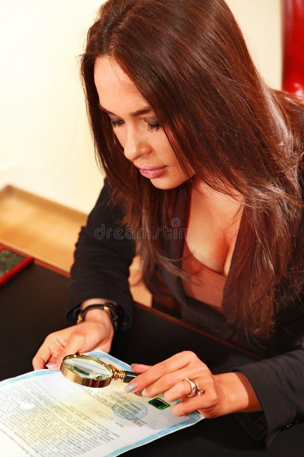 A mulher considera o original fotos de stock royalty free