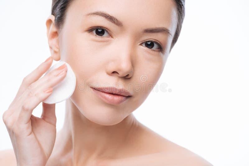 Mulher consideravelmente alegre que limpa sua cara fotos de stock