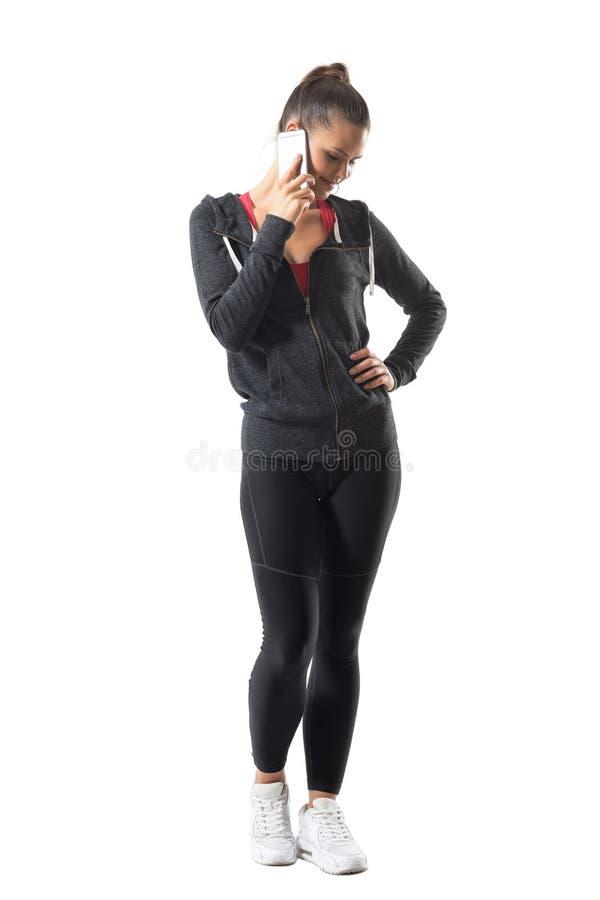 Mulher consideravelmente atlética relaxado dos jovens no sportswear que toma o selfie que olha o telefone imagens de stock