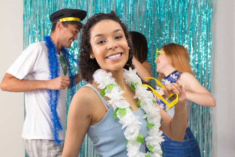 A mulher consideravelmente brasileira está tendo o divertimento no partido do carnaval No b foto de stock royalty free