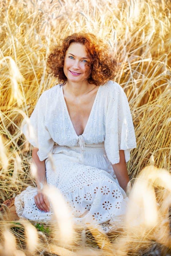 Mulher consideravelmente de sorriso envelhecida meio fora foto de stock royalty free