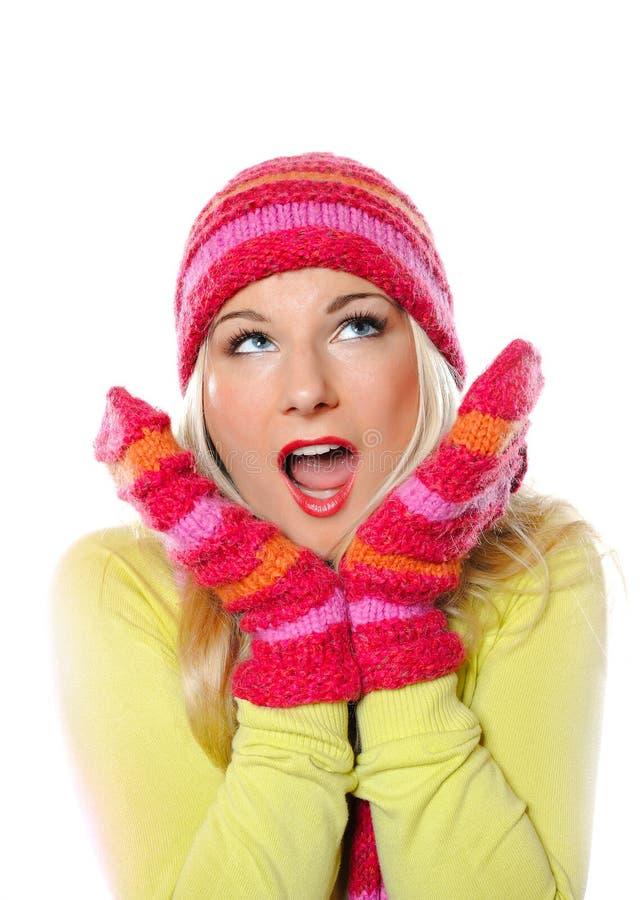 mulher consideravelmente engraçada do inverno no chapéu e nas luvas foto de stock royalty free