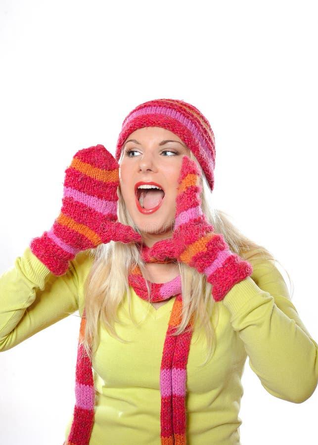 Mulher consideravelmente engraçada do inverno no chapéu e nas luvas imagem de stock royalty free
