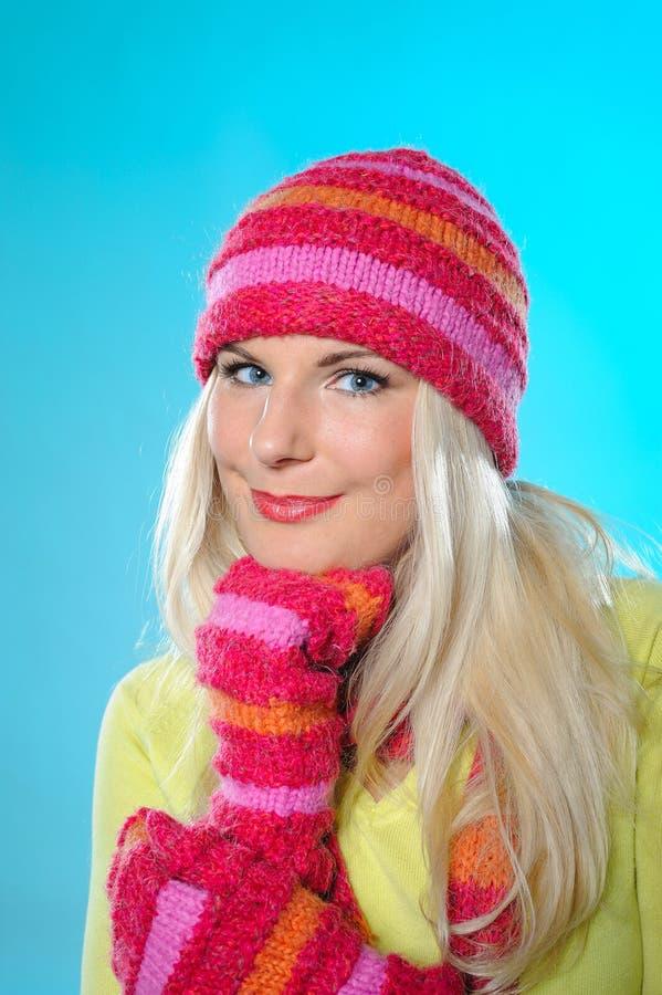 Mulher consideravelmente engraçada no chapéu e nas luvas imagem de stock