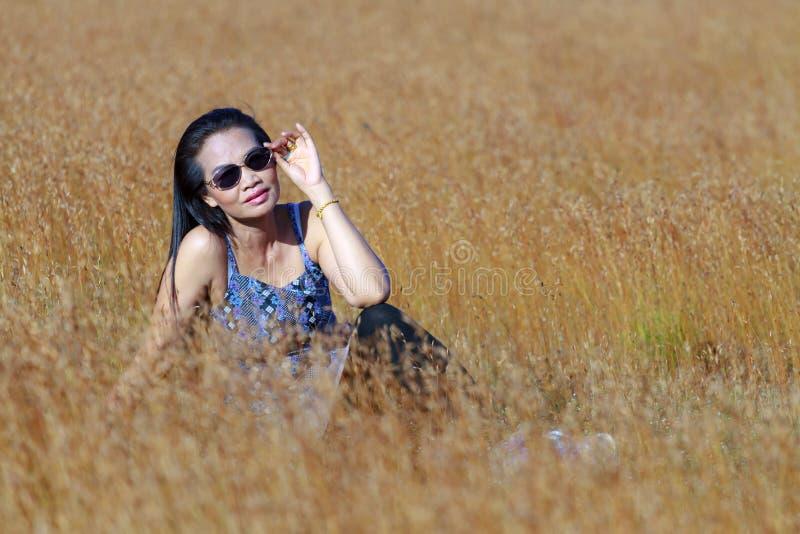 Mulher consideravelmente exterior no campo imagens de stock