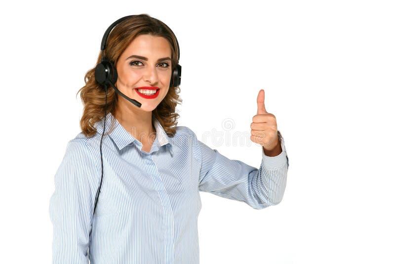 Mulher consideravelmente feliz que mostra o polegar acima nos fones de ouvido imagem de stock royalty free