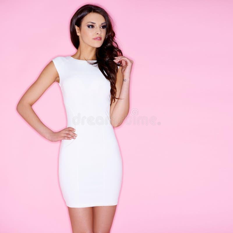 Mulher consideravelmente longa do cabelo no vestido branco foto de stock royalty free