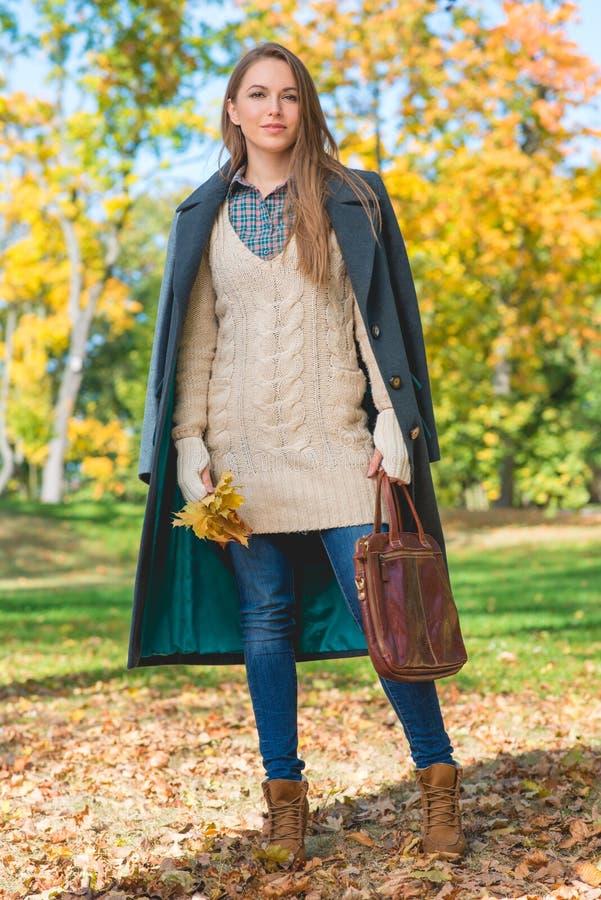 Mulher consideravelmente loura em Autumn Fashion Outfit fotos de stock