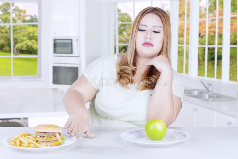 A mulher consideravelmente loura rejeita alimentos de sucata foto de stock royalty free