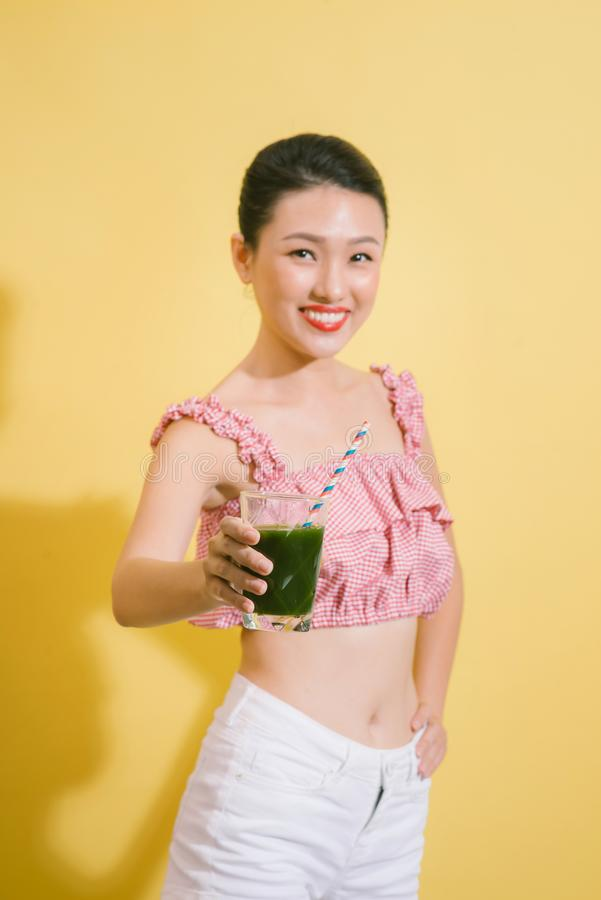 A mulher consideravelmente magro elegante bebe a desintoxicação verde imagens de stock
