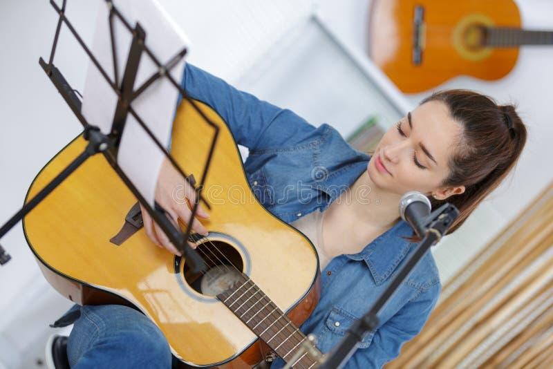 Mulher consideravelmente nova com guitarra foto de stock royalty free