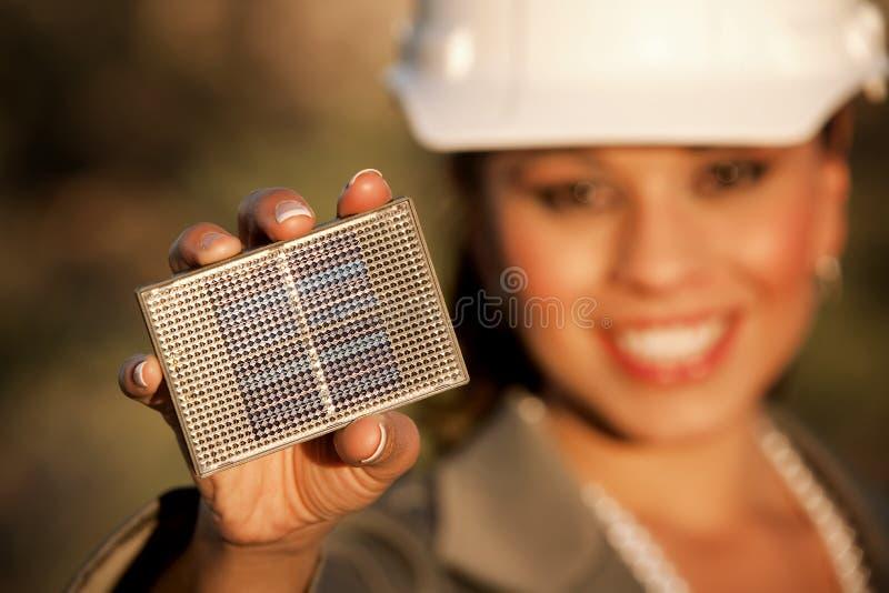 Mulher consideravelmente nova com o painel solar pequeno fotografia de stock