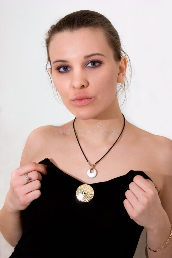 Mulher consideravelmente nova com pendente do metal imagens de stock royalty free