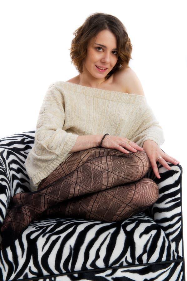 Mulher consideravelmente nova na cadeira retro fotos de stock