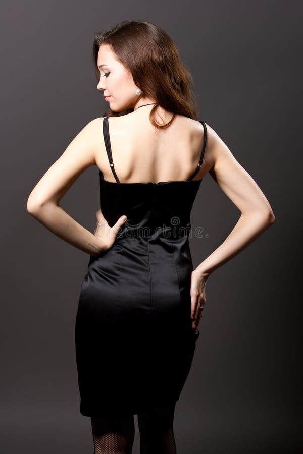 Mulher consideravelmente nova no vestido preto imagem de stock