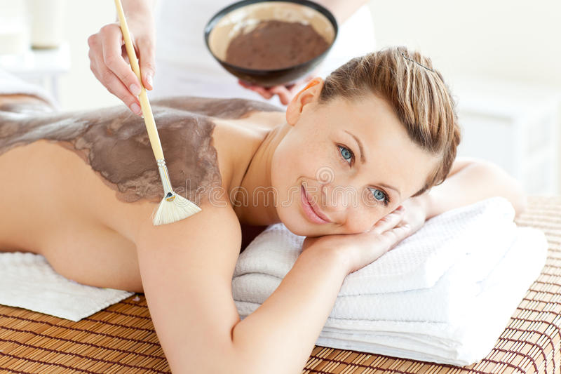 Mulher consideravelmente nova que aprecia um tratamento da beleza foto de stock royalty free