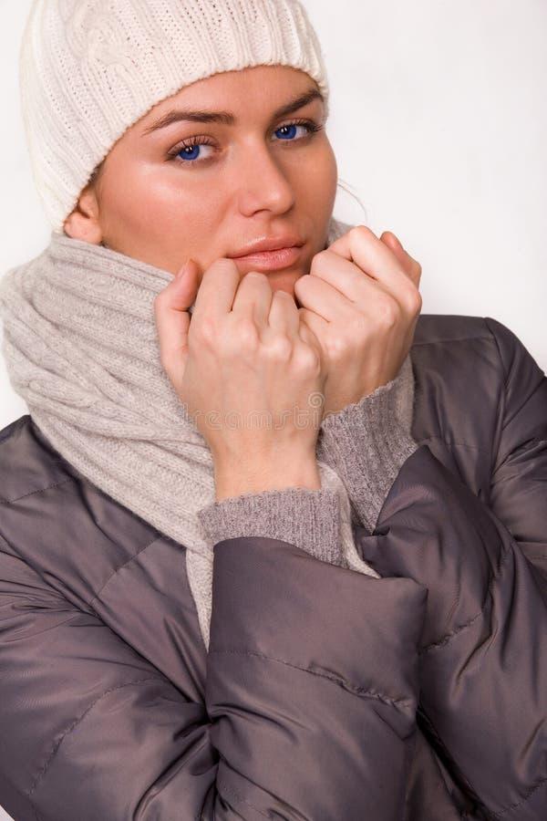 A mulher consideravelmente nova vestiu a roupa do estilo do inverno sobre fotografia de stock royalty free