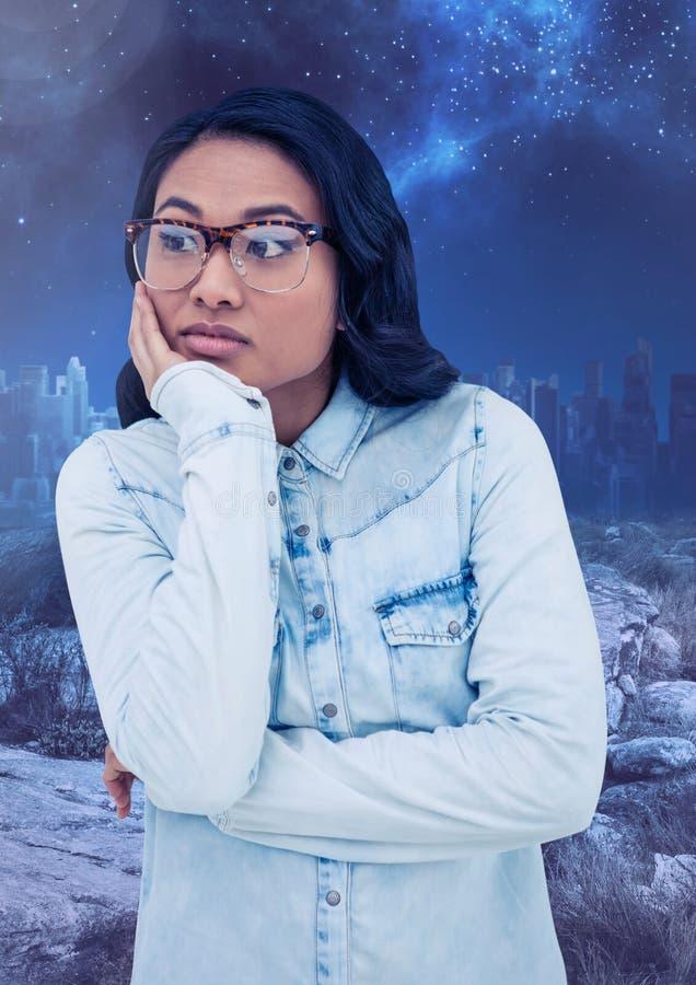 Mulher contemplativo preocupada contra o céu noturno estrelado fotos de stock royalty free
