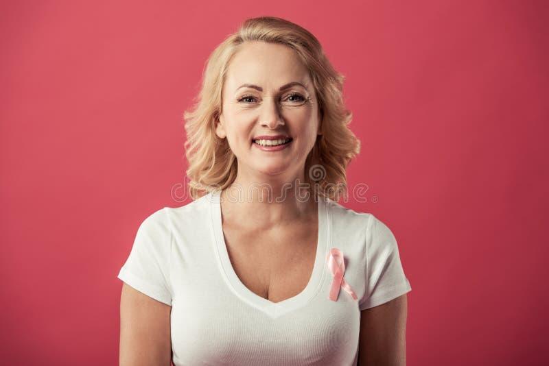 Mulher contra o câncer da mama imagem de stock