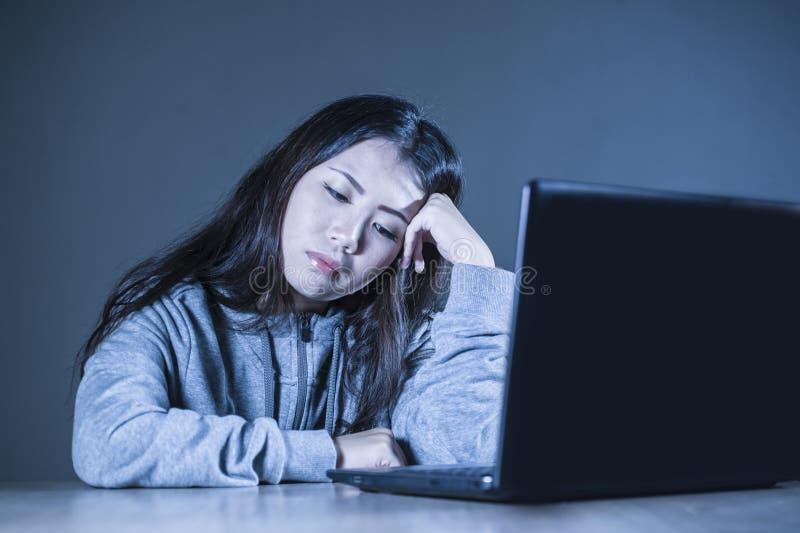 Mulher coreana asiática consideravelmente triste do estudante que olha estudo comprimido e preocupado com o laptop no esforço par imagens de stock