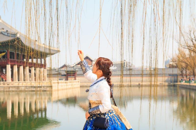 A mulher coreana bonita vestiu Hanbok, vestido tradicional coreano, no palácio de Gyeongbokgung fotografia de stock royalty free