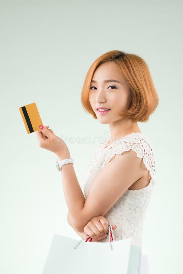 Mulher coreana com cartão de crédito fotografia de stock