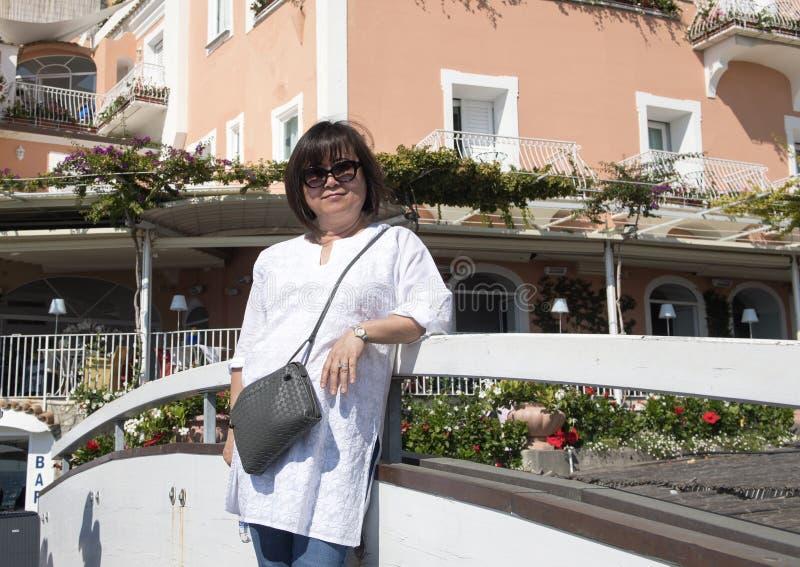 A mulher coreana no feriado em Positano, uma vila e o comune no Amalfi costeiam, no Campania, Itália foto de stock
