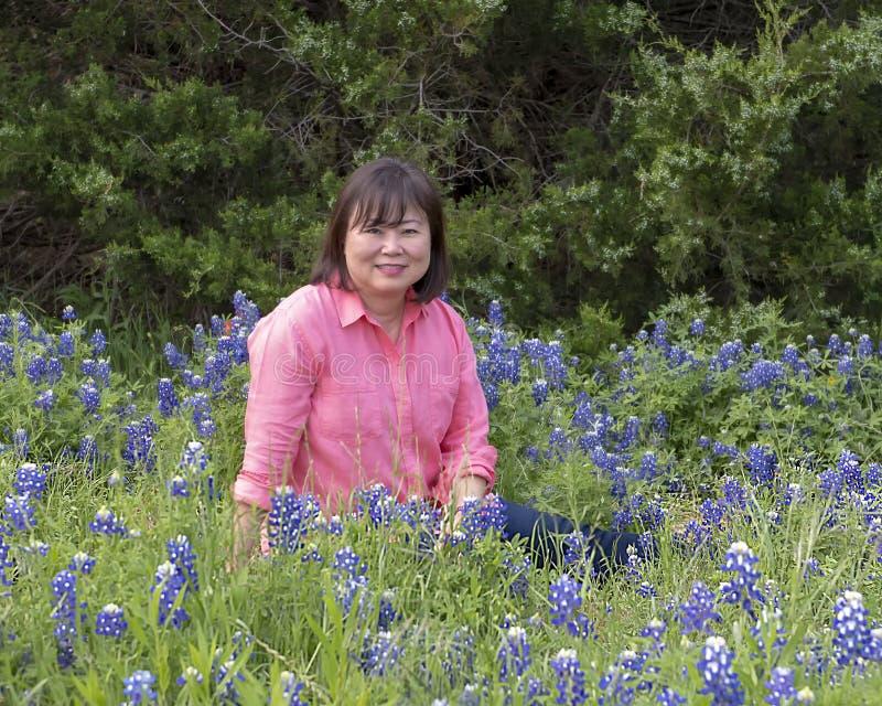 Mulher coreana nos bluebonnets em Ennis, Texas imagens de stock
