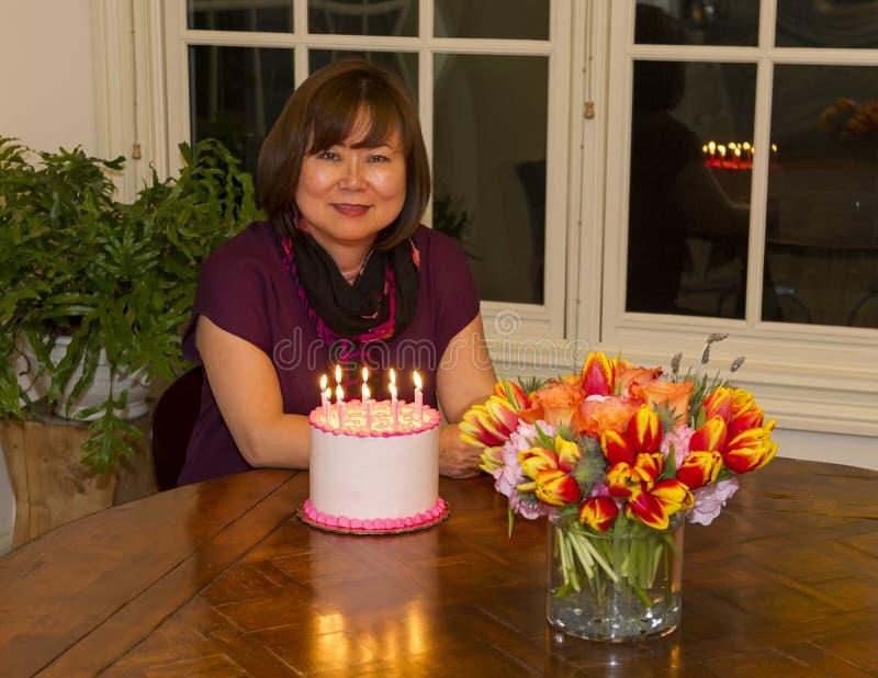 Mulher coreana que comemora seu aniversário imagens de stock