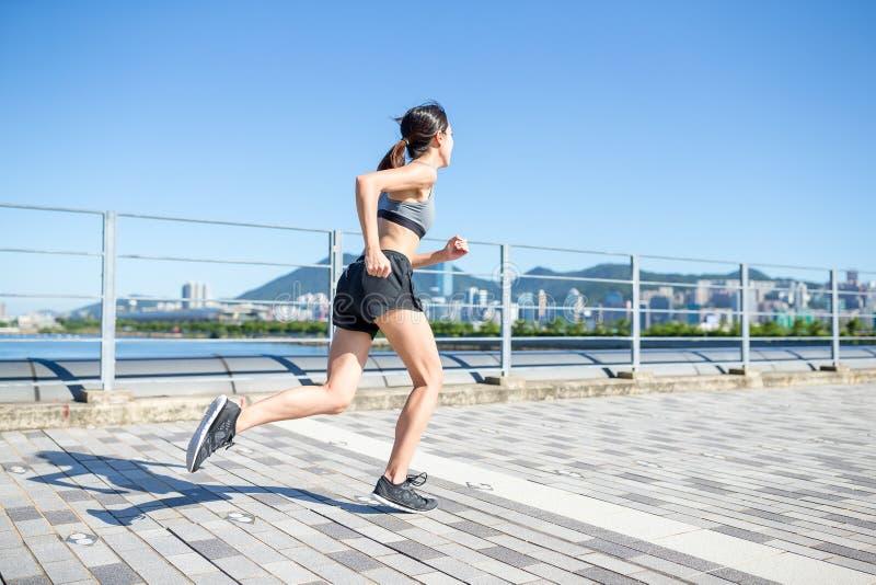Mulher corrida em uma cidade foto de stock royalty free