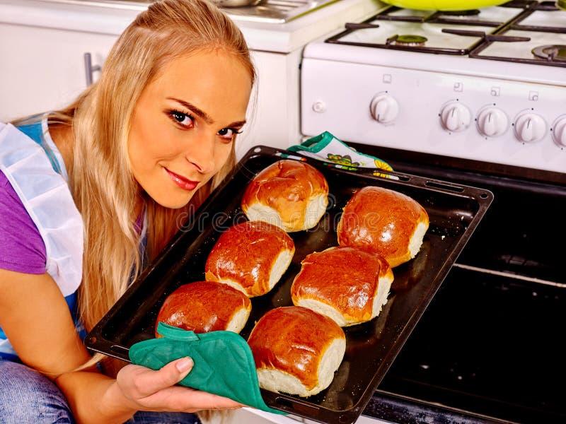 A mulher coze cookies na cozinha fotografia de stock royalty free