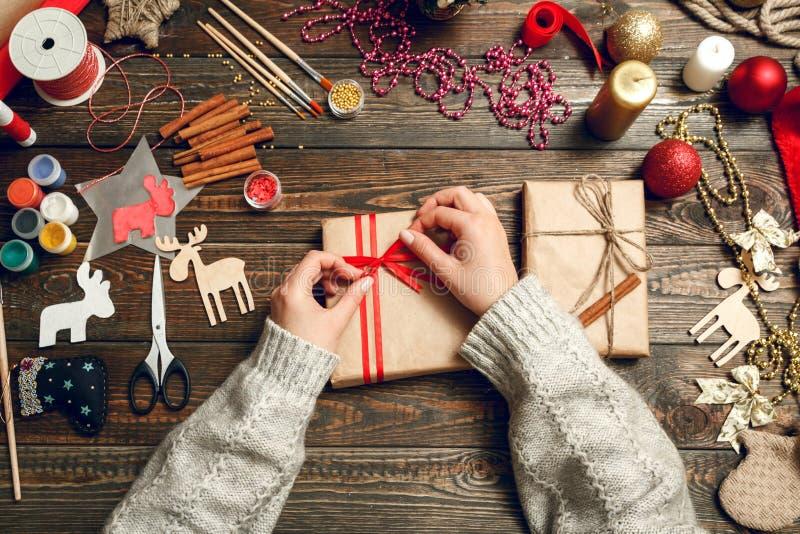 A mulher cria presentes à moda do Natal fotografia de stock royalty free