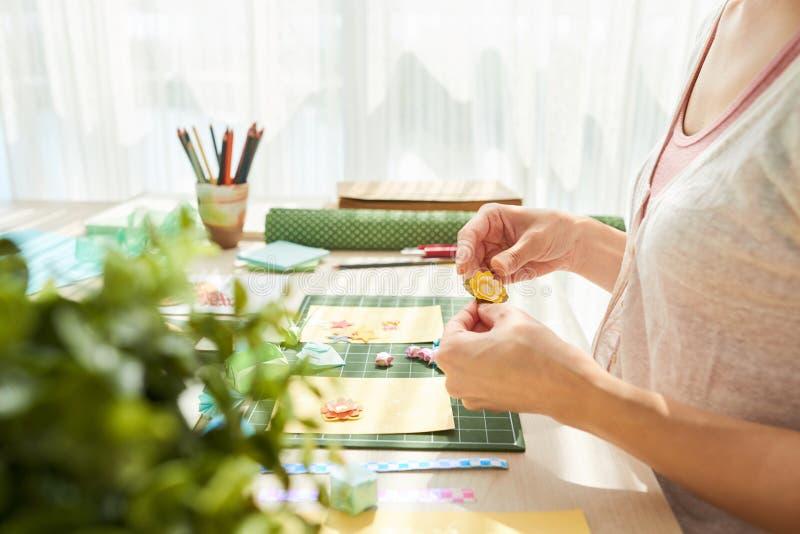 Mulher criativa que faz presentes feitos a mão originais imagens de stock royalty free