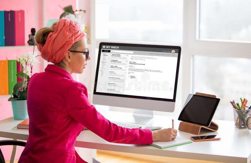 Mulher criativa trabalhando em computador na mesa do escritório fotografia de stock royalty free
